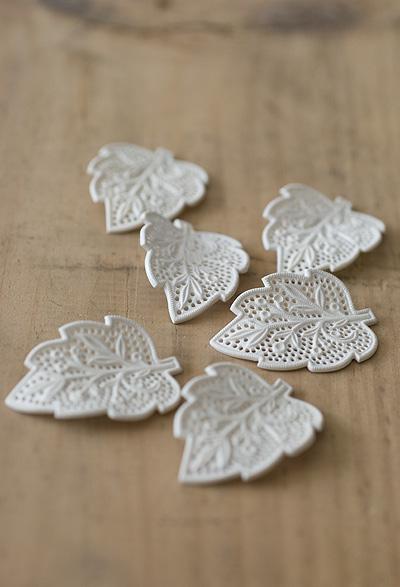 PL2061_White_Plastic_Lace_Leaves